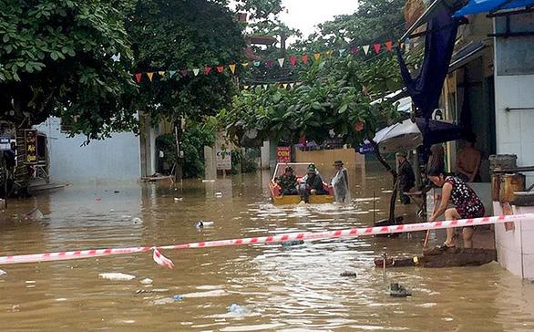 Mưa lũ ở Lào Cai: đất đá đè trúng nhà, đường ngập hơn 1 mét - Ảnh 3.