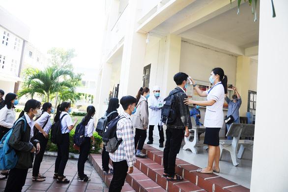 Vì sao giáo viên sống ở Hội An, chăm vợ ở Bệnh viện Đà Nẵng lại được cử coi thi? - Ảnh 2.