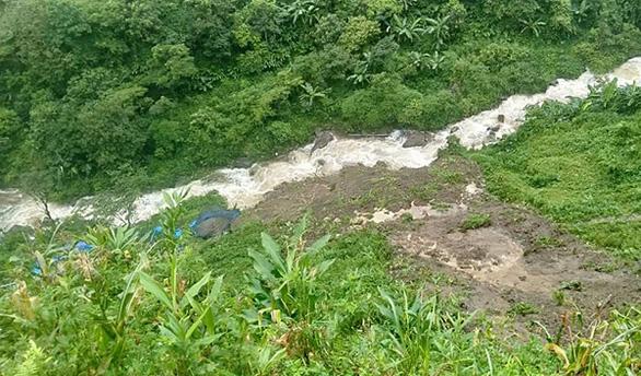 Mưa lũ ở Lào Cai: đất đá đè trúng nhà, đường ngập hơn 1 mét - Ảnh 1.