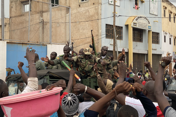 Đảo chính ở Mali, tổng thống và thủ tướng bị bắt giữ - Ảnh 5.
