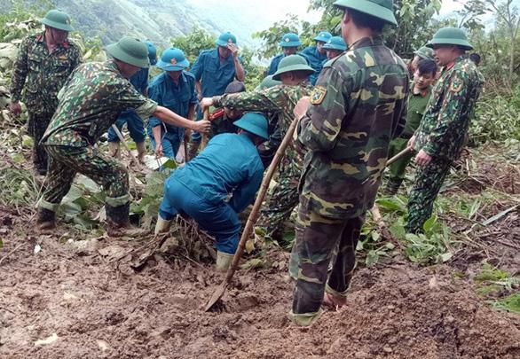Mưa lũ ở Lào Cai: đất đá đè trúng nhà, đường ngập hơn 1 mét - Ảnh 2.
