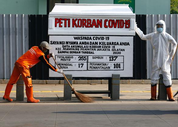 Indonesia dựng quan tài bên đường để hù dân hợp tác chống dịch - Ảnh 2.