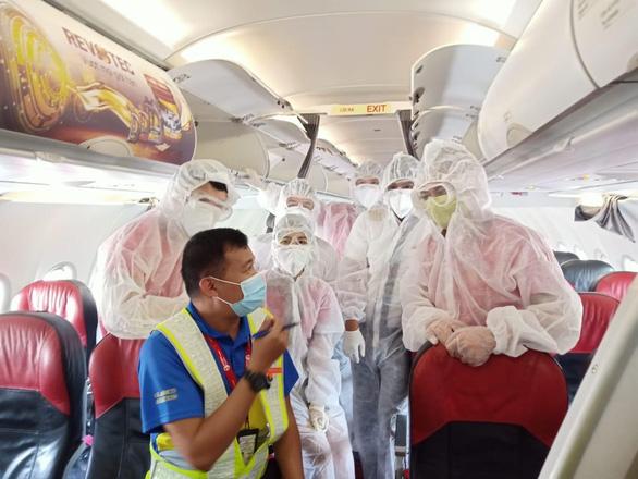 Mỗi ngày một chuyến bay cứu trợ, Vietjet đưa gần 2.000 đồng bào về nước - Ảnh 2.