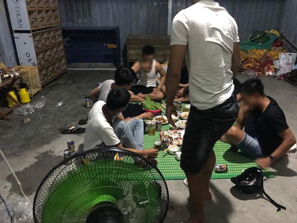 7 thanh niên ở Đà Nẵng tụ tập ăn nhậu khi đang giãn cách xã hội - Ảnh 1.