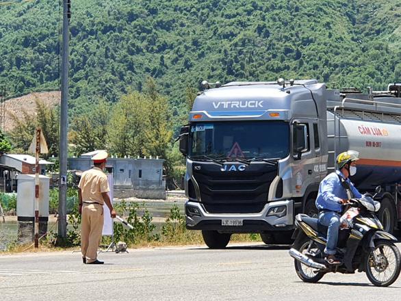 Xe hàng từ Đà Nẵng, Quảng Nam vào Huế phải đổi tài xế - Ảnh 1.
