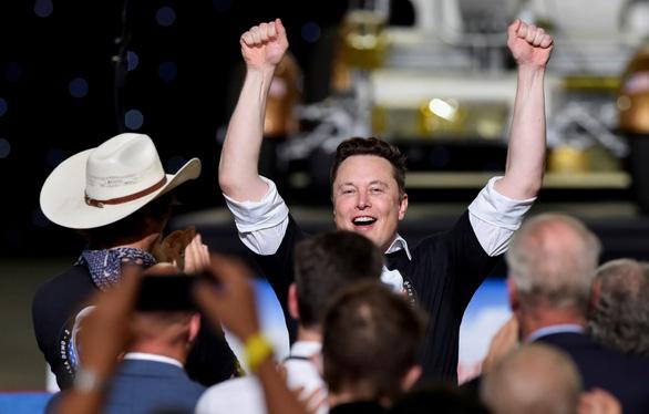 Tàu con thoi Crew Dragon của SpaceX rời ISS về Trái đất - Ảnh 2.