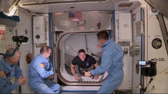 Tàu con thoi Crew Dragon của SpaceX rời ISS về Trái đất - Ảnh 1.