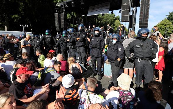 Biểu tình chống đeo khẩu trang ở Đức, cảnh sát dọa truy tố - Ảnh 3.