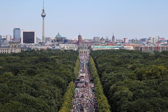 Biểu tình chống đeo khẩu trang ở Đức, cảnh sát dọa truy tố - Ảnh 1.