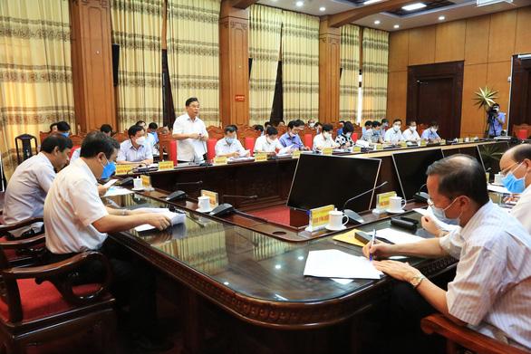 Vừa hủy công tác, lãnh đạo tỉnh Thái Bình lập tức họp chỉ đạo phòng chống dịch COVID-19 - Ảnh 2.