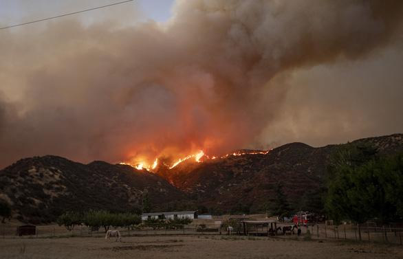 Cháy rừng ở Nam California, gần 8.000 người sơ tán - Ảnh 2.