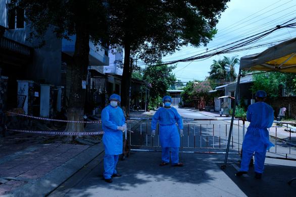 Quảng Ngãi phong tỏa 5 khu dân cư, 2 cơ sở y tế, truy vết F1, F2 liên quan COVID-19 - Ảnh 3.