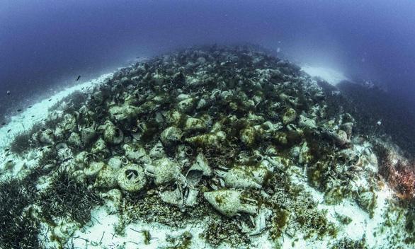 Bảo tàng dưới biển đầu tiên trưng bày hàng ngàn bình cổ trước công nguyên - Ảnh 2.