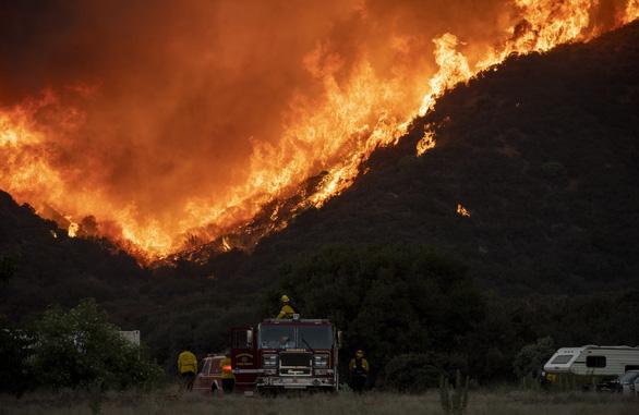 Cháy rừng ở Nam California, gần 8.000 người sơ tán - Ảnh 3.