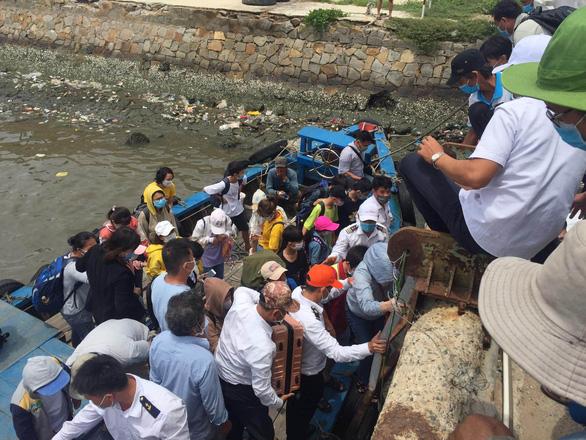 Gần 200 thí sinh đảo Phú Quý vào đất liền dự thi trong nỗi lo dịch COVID-19 - Ảnh 1.