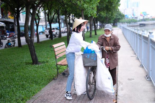 Diệu Nhi đi nhặt, xin chai lọ giúp ông bà cụ nhặt ve chai - Ảnh 2.