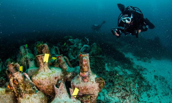 Bảo tàng dưới biển đầu tiên trưng bày hàng ngàn bình cổ trước công nguyên - Ảnh 1.