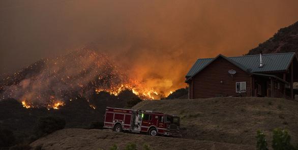 Cháy rừng ở Nam California, gần 8.000 người sơ tán - Ảnh 1.