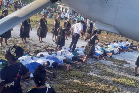 Trung Quốc lên án việc xuyên tạc ảnh đại sứ giẫm lên lưng người dân Kiribati - Ảnh 1.