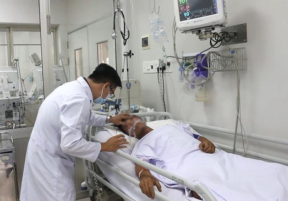 Sức khỏe bệnh nhân bị rắn hổ mang chúa dài 2,5m cắn đang tiến triển tốt - Ảnh 2.