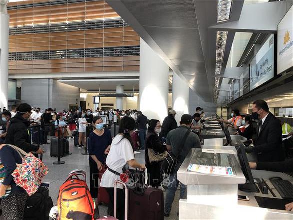 340 người Việt từ Mỹ về tới sân bay Nội Bài - Ảnh 1.