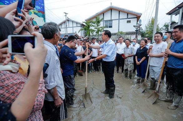 Lũ ngập Trùng Khánh, xe hơi bị gói trong bao nhựa - Ảnh 4.
