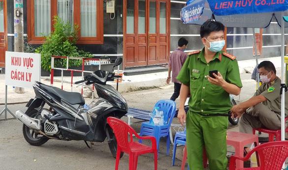 Phong tỏa 17 nhà ở quận Tân Phú vì có người tái dương tính COVID-19 - Ảnh 4.