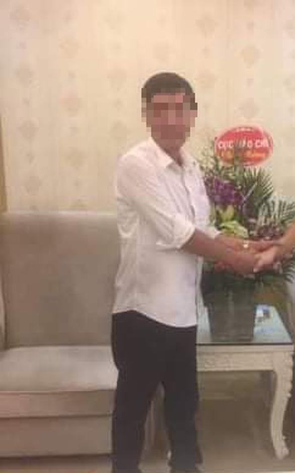 Giả danh người của Cục Báo chí mang lẵng hoa tặng công an tỉnh - Ảnh 1.