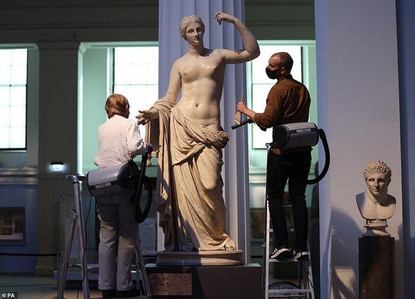 Bảo tàng Anh phủi bụi kho tàng hiện vật, chuẩn bị đón khách trở lại sau 163 ngày - Ảnh 4.