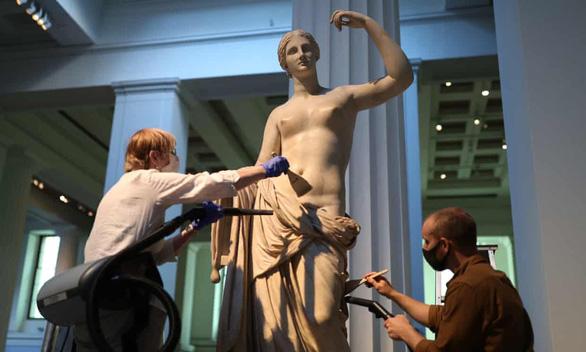Bảo tàng Anh phủi bụi kho tàng hiện vật, chuẩn bị đón khách trở lại sau 163 ngày - Ảnh 6.