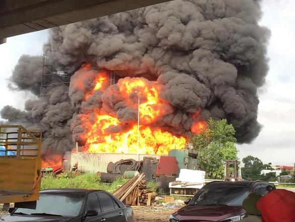 Cháy lớn tại kho bãi chế biến dầu thải ở Hải Phòng - Ảnh 1.