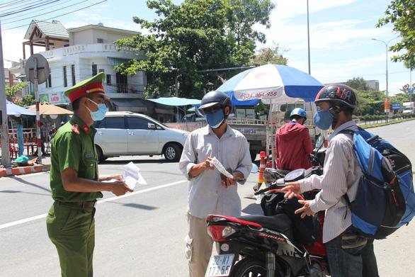 Quảng Ngãi đón 700 người từ Đà Nẵng về sáng 22-8 - Ảnh 1.