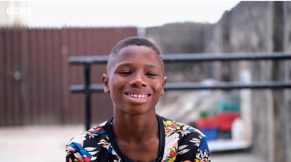 Cậu bé nhận 'mưa' học bổng sau clip múa ballet gây sốt mạng xã hội - Ảnh 1.