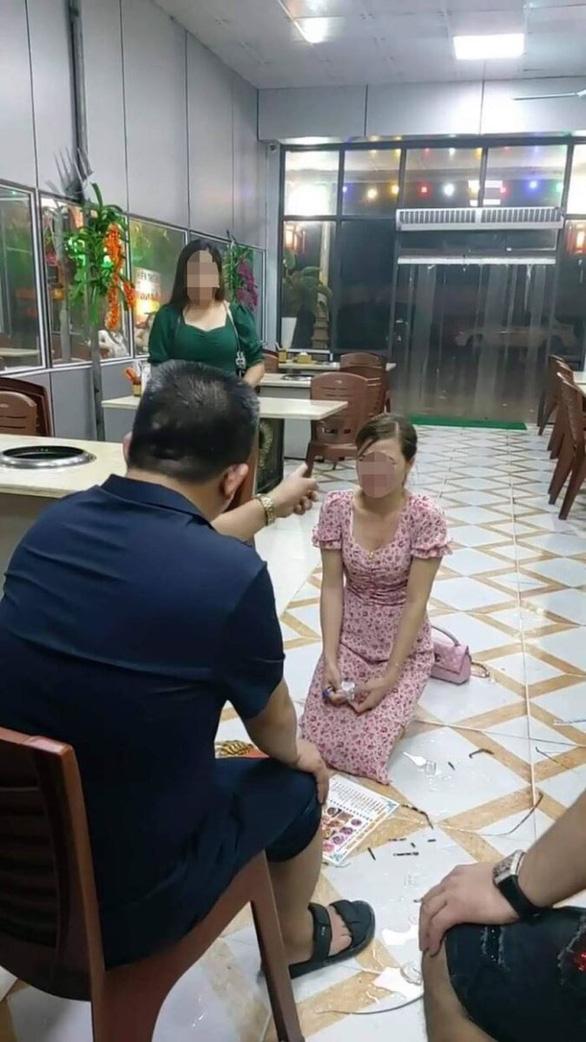 Bắt tạm giam nhân viên quán nướng bắt nữ khách hàng quỳ xin lỗi - Ảnh 2.