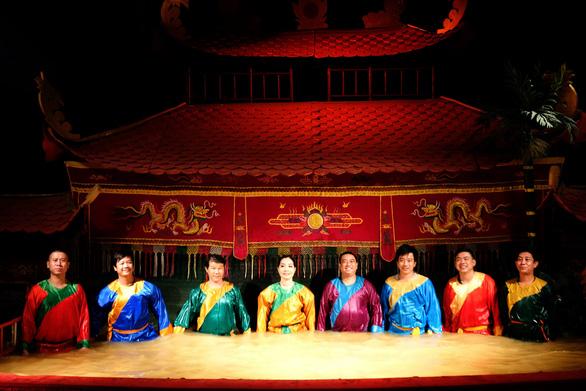 Nhà hát múa rối nước Rồng Vàng đóng cửa, diễn viên lao đao - Ảnh 1.