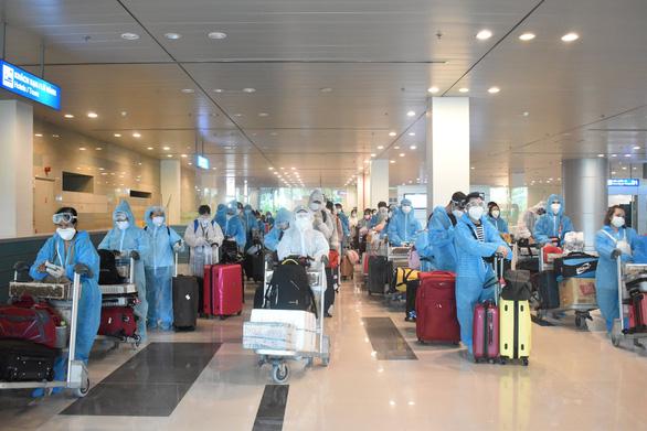 Đón 242 công dân từ Singapore về nước, cách ly tại Vĩnh Long và Sóc Trăng - Ảnh 1.