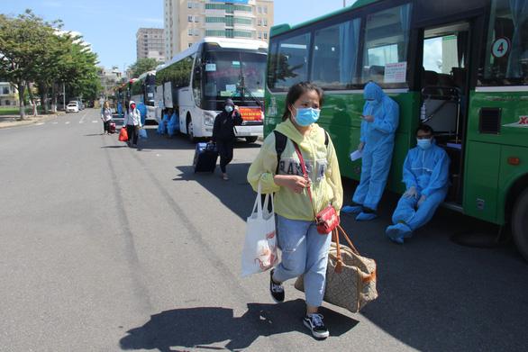 Hơn 700 người Quảng Ngãi kẹt ở Đà Nẵng vì COVID-19 đã được về quê - Ảnh 1.