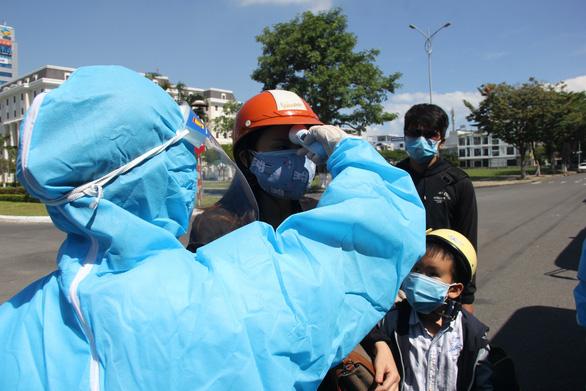 Hơn 700 người Quảng Ngãi kẹt ở Đà Nẵng vì COVID-19 đã được về quê - Ảnh 2.