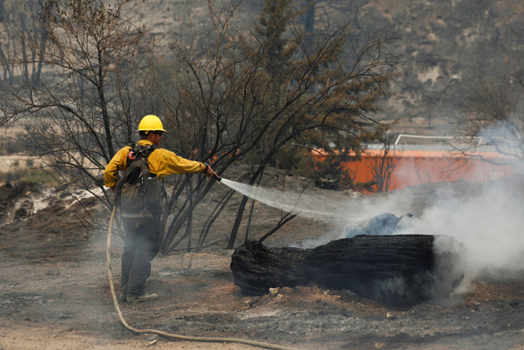 Sét đánh gây 560 đám cháy rừng khắp California, cứu hỏa chật vật vì thiếu người - Ảnh 2.