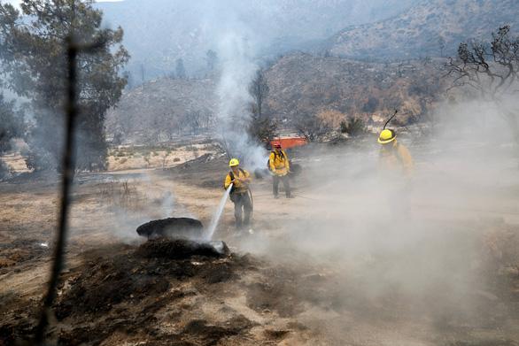 Sét đánh gây 560 đám cháy rừng khắp California, cứu hỏa chật vật vì thiếu người - Ảnh 3.