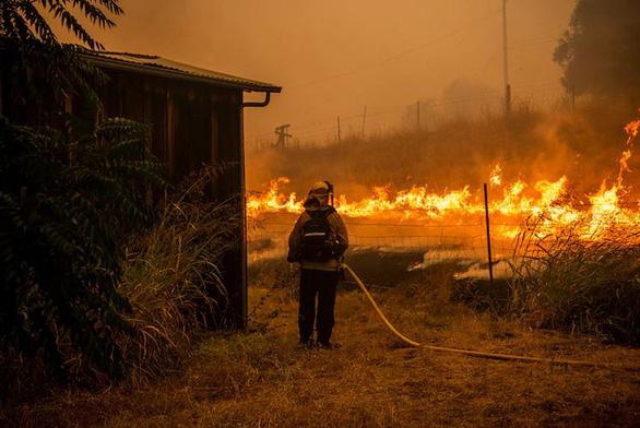 Sét đánh gây 560 đám cháy rừng khắp California, cứu hỏa chật vật vì thiếu người - Ảnh 5.