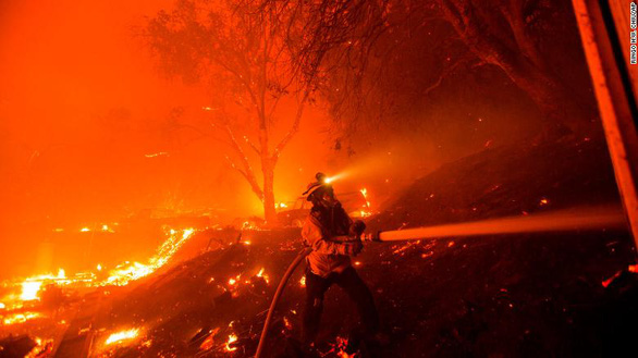 Sét đánh gây 560 đám cháy rừng khắp California, cứu hỏa chật vật vì thiếu người - Ảnh 9.