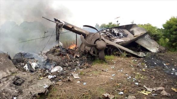 Máy bay rơi bốc cháy gần khu dân cư, người dân chạy ra nhặt tiền - Ảnh 2.