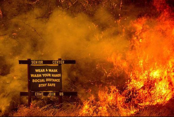 Sét đánh gây 560 đám cháy rừng khắp California, cứu hỏa chật vật vì thiếu người - Ảnh 6.