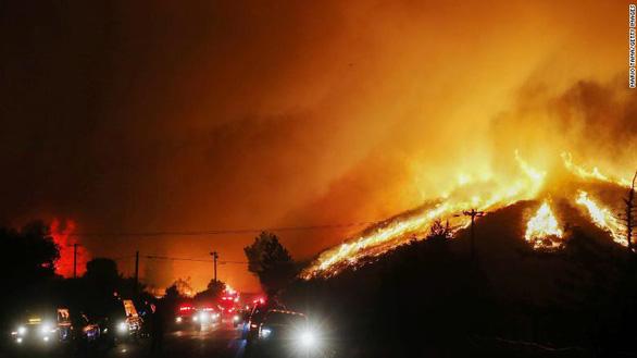Sét đánh gây 560 đám cháy rừng khắp California, cứu hỏa chật vật vì thiếu người - Ảnh 8.