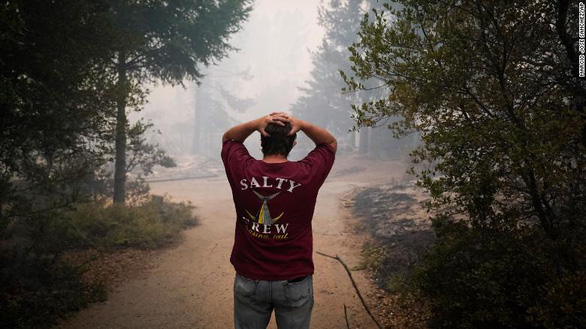 Sét đánh gây 560 đám cháy rừng khắp California, cứu hỏa chật vật vì thiếu người - Ảnh 10.