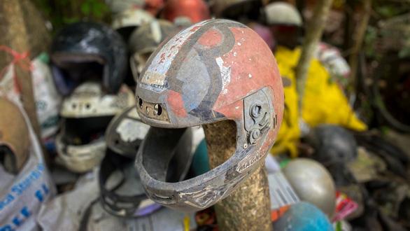 Rợn người với ngôi nhà chứa bộ sưu tập nón bảo hiểm của người chết - Ảnh 1.