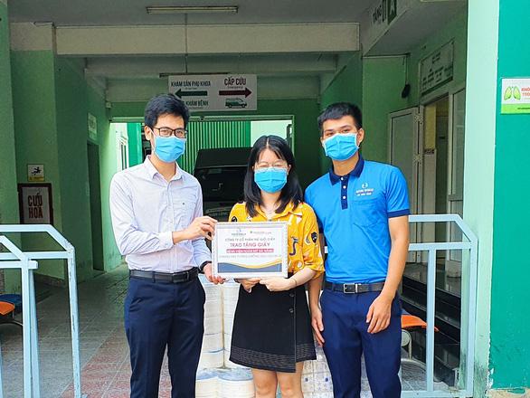 Hơn 3 tỉ đồng sản phẩm giấy vệ sinh, giấy đa năng tặng các bệnh viện - Ảnh 3.