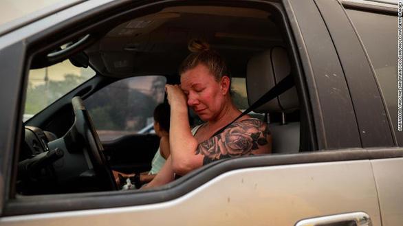 Sét đánh gây 560 đám cháy rừng khắp California, cứu hỏa chật vật vì thiếu người - Ảnh 11.