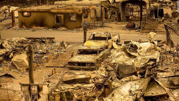 Sét đánh gây 560 đám cháy rừng khắp California, cứu hỏa chật vật vì thiếu người - Ảnh 1.